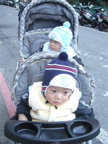 我們要去公園了...阿姨怎麼那麼久還不來...