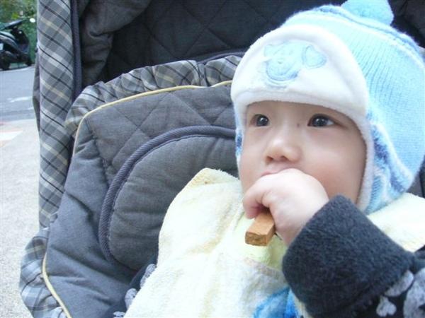小寶吃牛奶棒