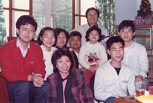 1985.2 二哥、小五夫妻、女兒宇潔與杜先生全家合照.jpg