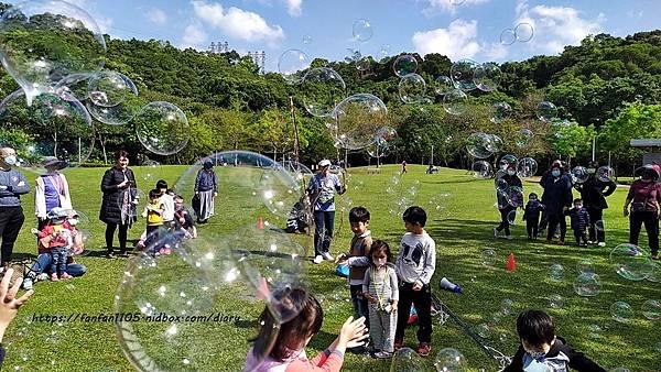 【泡泡奇蹟】泡泡達人許日榮 #無毒泡泡 #泡泡表演 #泡泡派對 沉浸於泡泡中的歡樂時光 (5).jpg