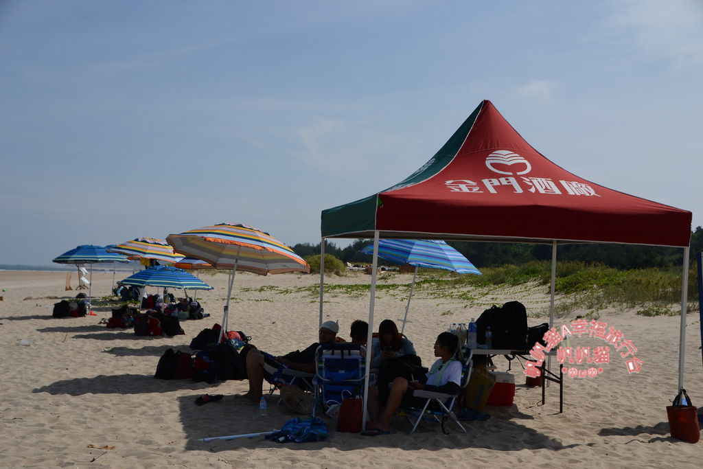 金門夏天炙熱,沙灘可見一排休憩的陽傘.JPG