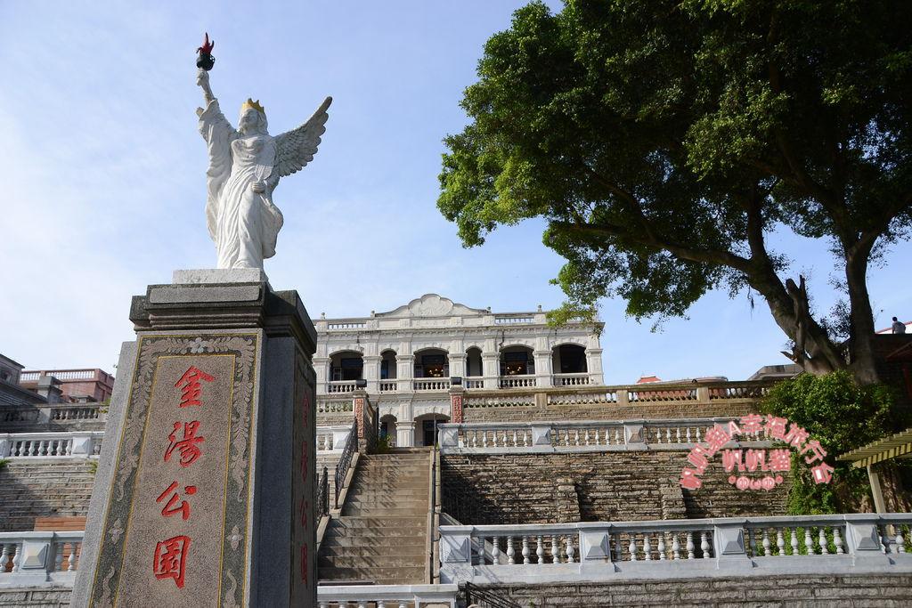 白色雕像與洋樓相互輝映.JPG