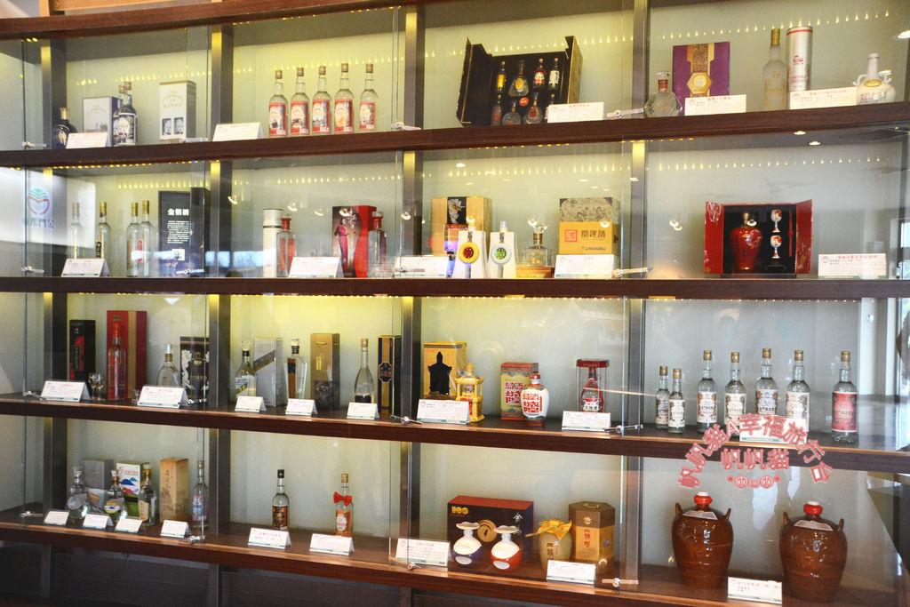 架子上展示各式各樣的高粱酒.jpg