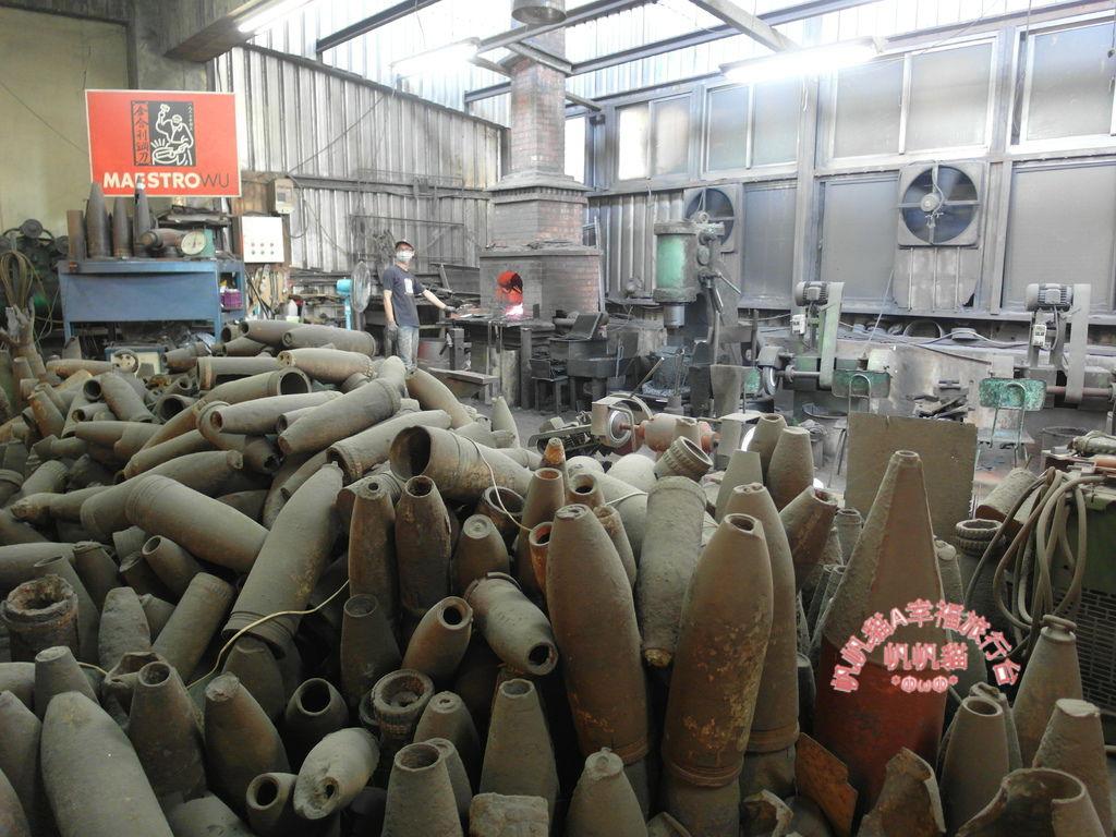 製作的工廠當中還有數量驚人的砲彈殼.JPG