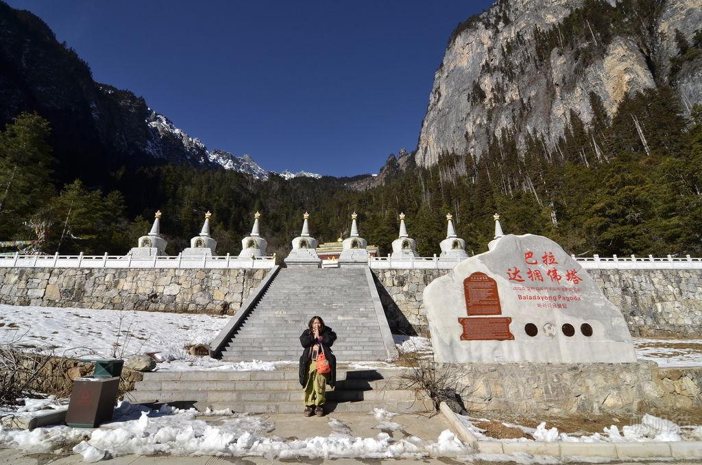 【雲南 香格里拉】巴拉達擁佛塔 群山環繞 聖光下莊嚴遼闊的八座寶塔