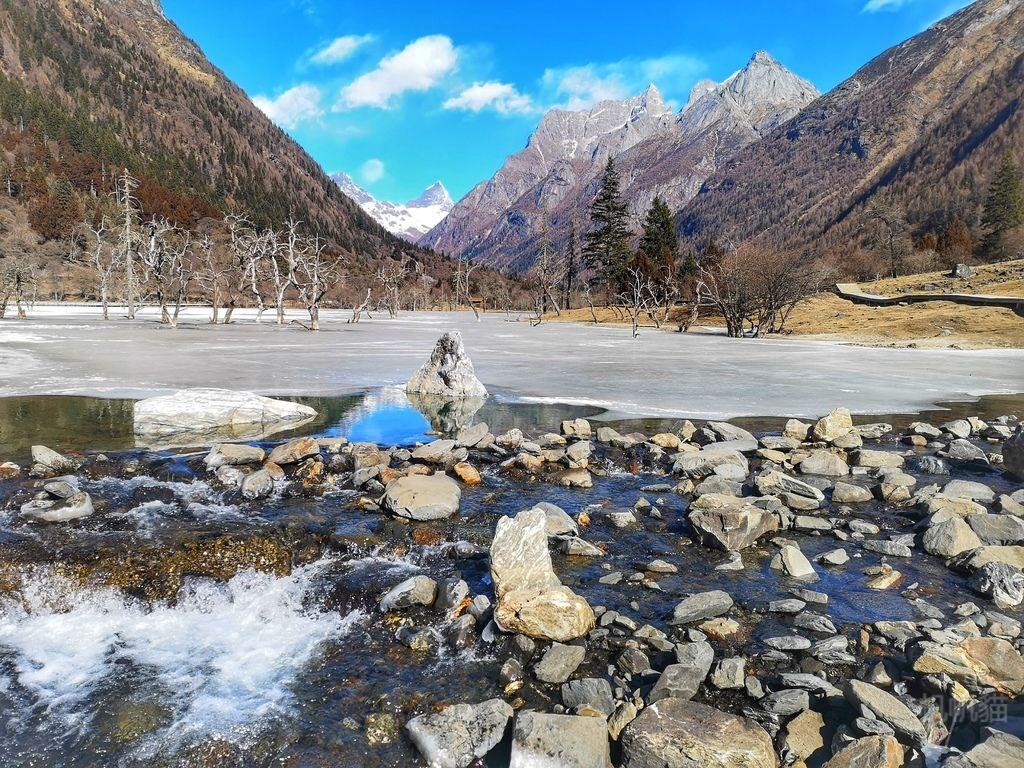 【四川 四姑娘山】雙橋溝景區 躺在雪山下 欣賞冰凍湖上的枯樹奇景