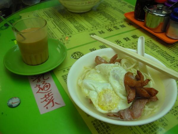 新源茶餐廳之我的熱狗培根煎蛋雙粉.JPG