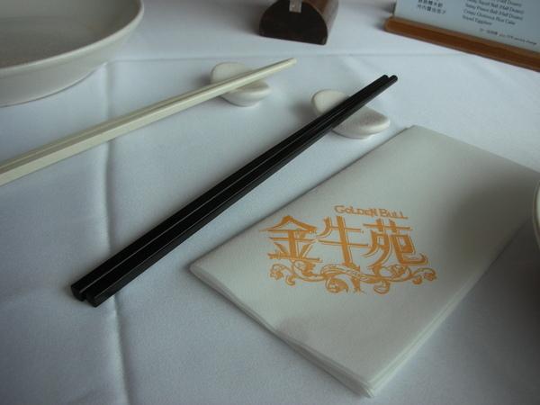 金牛苑之黑的公筷白的自用.JPG