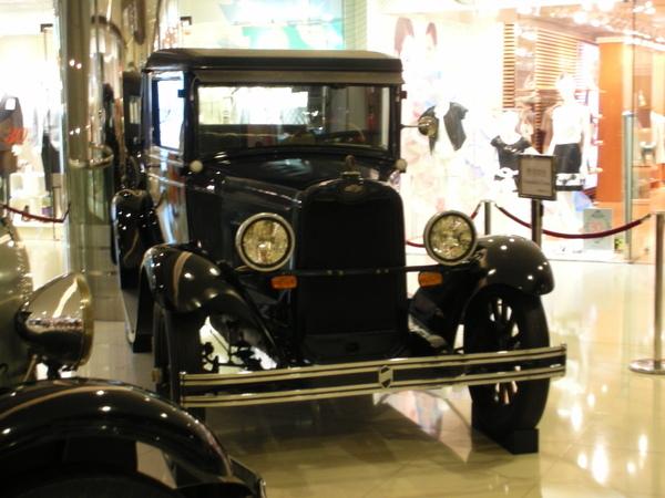 新世界中心的骨董車展示1.JPG