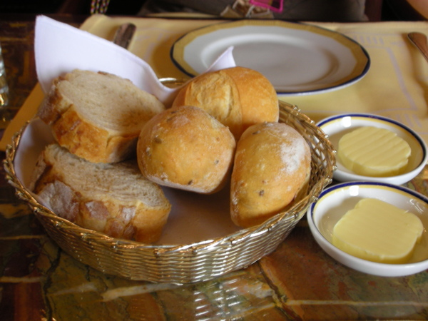 半島午餐之麵包和奶油.JPG