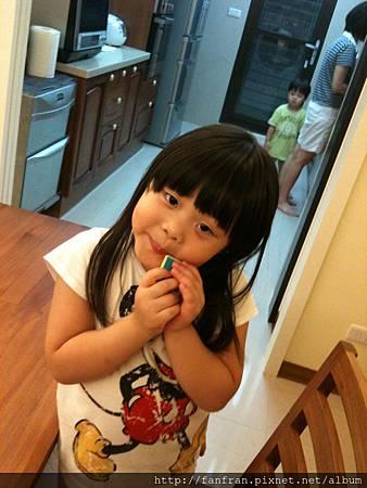 吃拼圖餅乾的小妮子