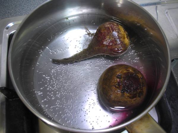 甜菜根炒芥末雞肉之3 煮甜菜.JPG