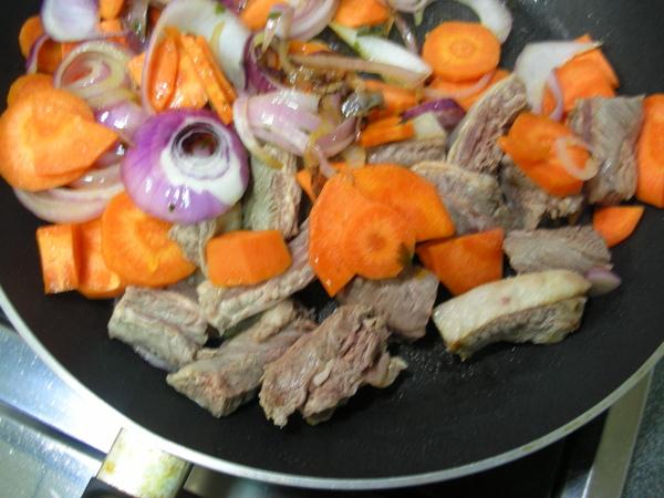 紅酒燉牛肉之4 加牛肉.JPG