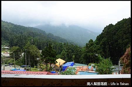 愛玉伯ㄟ厝可看到外面的山.jpg