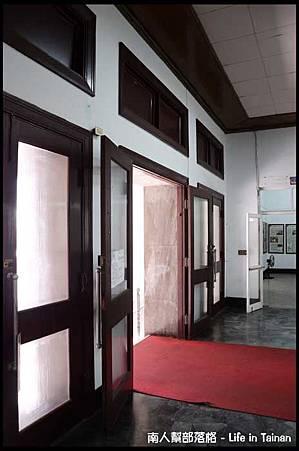 台南市議政史料館-入口的木門.jpg