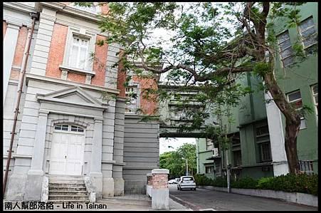 台南市議政史料館-通往市政府的天橋.jpg