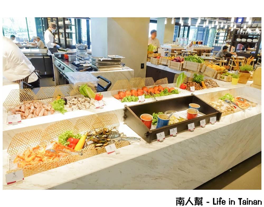 【台南安平区-美食】台南大员皇冠假日酒店|龙虾.帝王蟹吃到饱|甜点缤纷讲究~元素自助餐厅