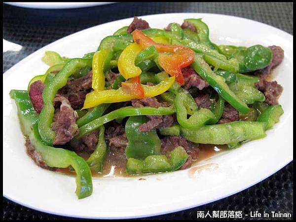佳里阿安牛肉清湯(台南中華北路)-青椒牛肉100元(拍照前偷吃了幾口).JPG