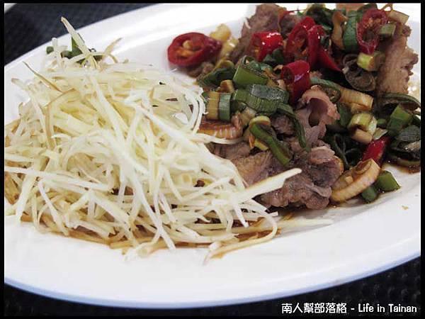 佳里阿安牛肉清湯(台南中華北路)-牛腩切盤100元(拍照前偷吃了幾口).JPG