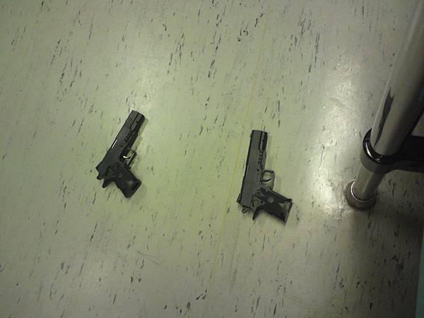 捷運裏怎麽會有兩支槍.JPG