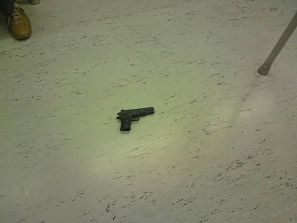 捷運裏怎麽會有一支槍.JPG