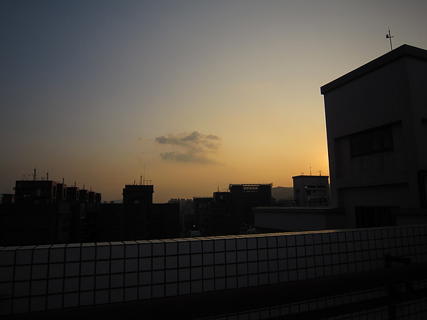其實跑去頂樓是期待拍到颱風前的景象