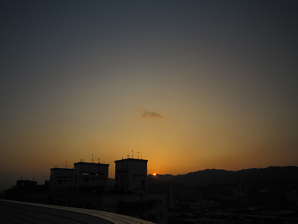 一不注意太陽就埋進山了