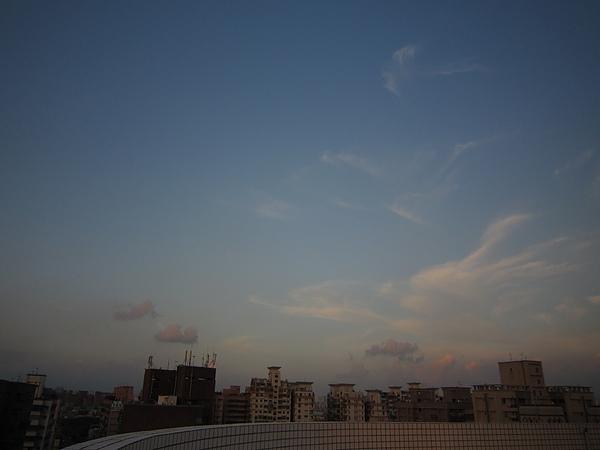 東邊天空還一片藍+雲