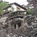搭蓋在舊城牆上的民房