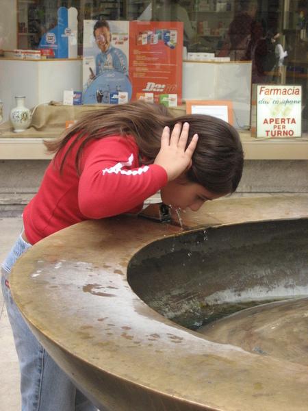 街頭的Fountain  可生飲   方便!