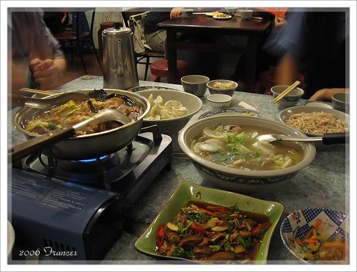滿桌子的菜