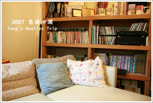 舒服的大沙發跟滿櫃子的書