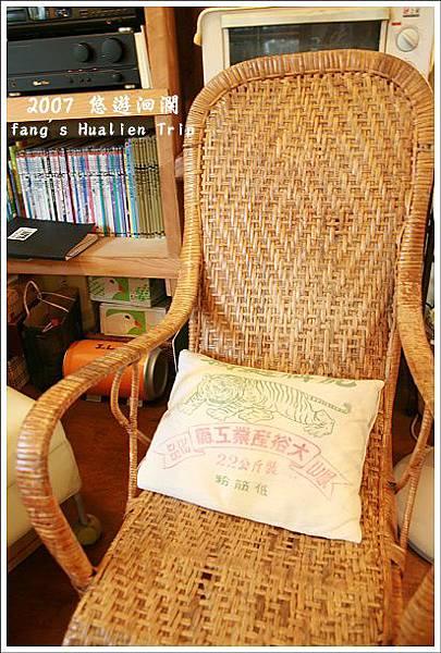 藤椅與麵粉袋做的小抱枕