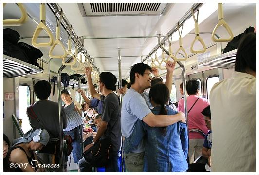 車廂中滿滿的人.jpg