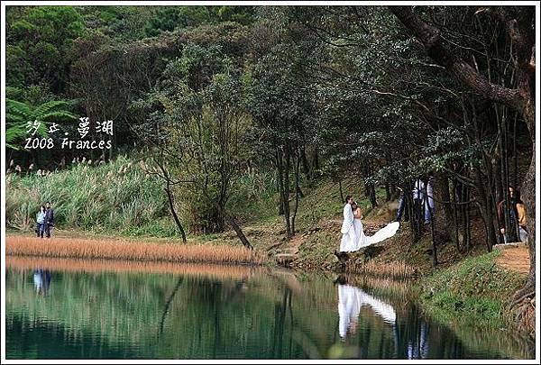 湖畔有新人在拍婚紗