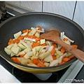 紅蘿蔔、馬鈴薯和洋蔥也下鍋囉