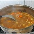 和咖哩塊一起丟到鍋裡開始燉煮