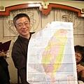 伯偉師拿台灣地圖