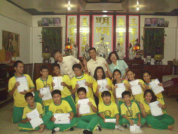 前兩排為建德學校學生,末排左起為替代役教師鄭芳祥、王坤源校長、林錦秀主任.JPG