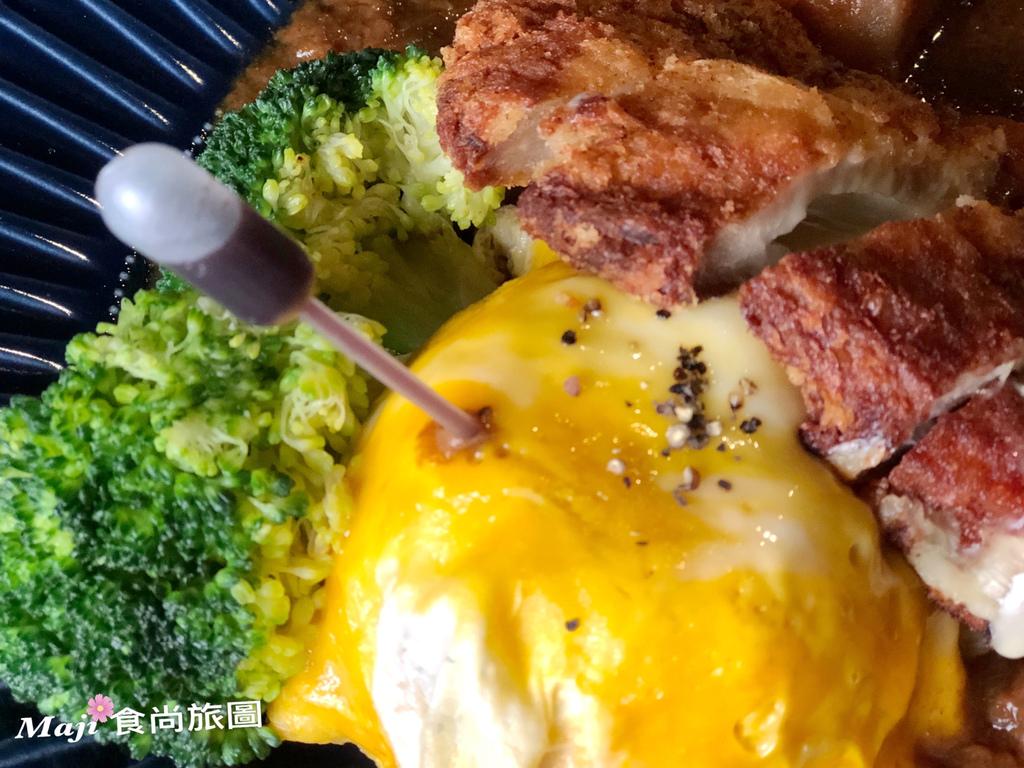 藍帶起司豬排佐咖哩滑蛋藜麥飯