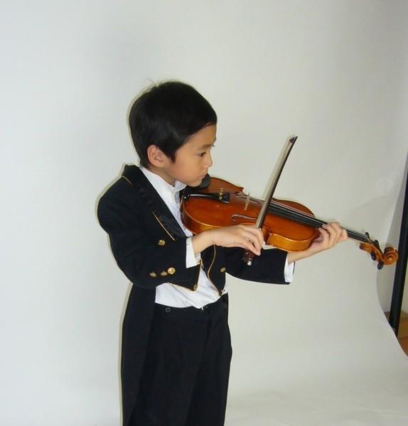 小ㄉㄨㄞ穿燕尾服拉小提琴
