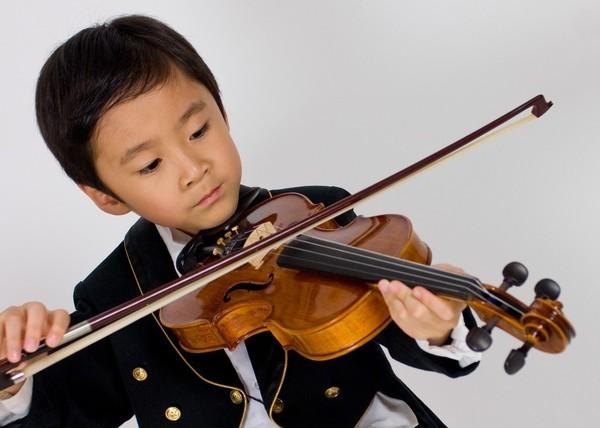 ㄉㄨㄞ拉小提琴照1