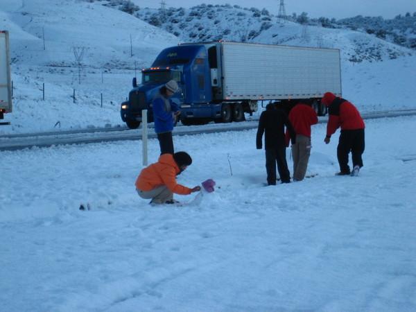 大家興奮下車玩雪