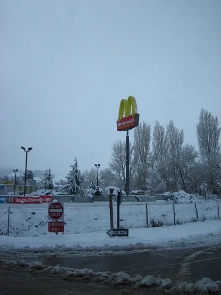 看到麥當勞在雪中很妙