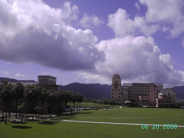 行政大樓和湖畔餐廳