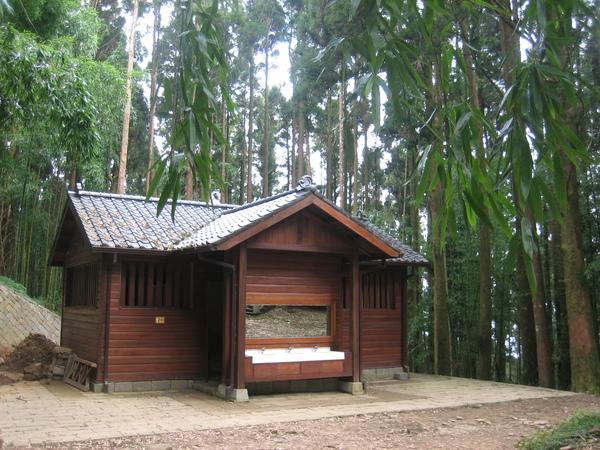 木造的洗手間