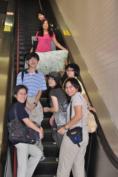 評完慶功宴 在中山站超長電梯前合照