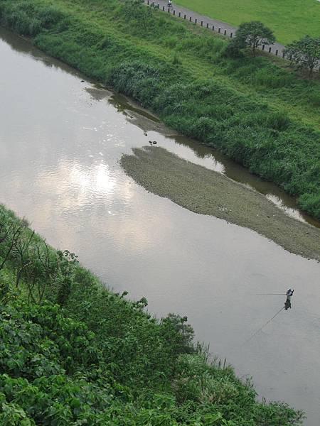 政大河堤邊