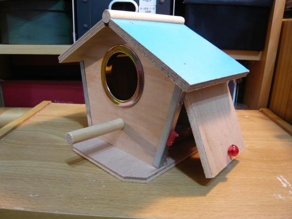 完好的藍色單孔小木屋