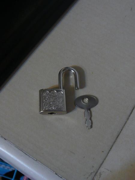 用鎖日記本的小鎖鎖其中ㄧ個小窗